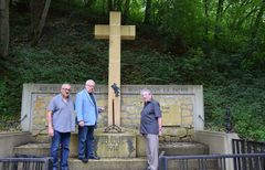 Les maires de Fontoy et Lommerange en compagnie de Jean Podesta, président du Souvenir Français.